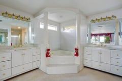 Bagno di lusso con la grande vasca di stile della Jacuzzi Fotografia Stock