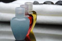 Bagno e stazione termale con sciampo e towe Immagini Stock Libere da Diritti