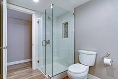 Bagno elegante con il pavimento di legno duro fotografia stock libera da diritti