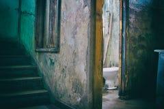 Bagno incrinato vicino ad una scala decomposta in costruzione rovinata Fotografie Stock
