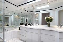 Bagno matrice con cabinetry bianco fotografia stock libera da diritti
