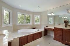 Bagno matrice con cabinetry di legno fotografie stock libere da diritti