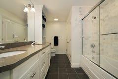 Bagno matrice con i mura di mattoni bianchi immagini stock
