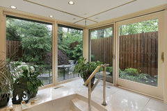Bagno matrice con la vista del giardino fotografia stock libera da diritti
