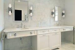 Bagno matrice dell'alta società con cabinetry bianco fotografie stock libere da diritti
