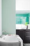 Bagno moderno facendo uso dei colori pastelli verdi morbidi Fotografia Stock Libera da Diritti