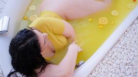 Bagno organico dell'agrume di stile di vita di terapia di lusso della stazione termale stock footage