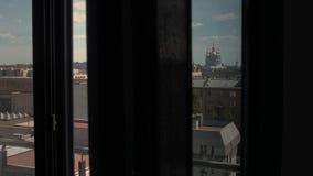 Bagno reale con la finestra panoramica e bella vista sul centro urbano del san-Petrsburg, Russia video d archivio