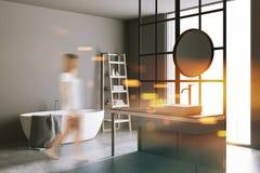 Bagno rotondo dello specchio, pareti grige, sfuocatura di vista di angolo Fotografia Stock