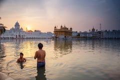 Bagno sikh degli uomini nel lago santo al tempio dorato Fotografia Stock Libera da Diritti