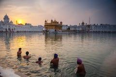Bagno sikh non identificato degli uomini nel lago santo al tempio dorato Fotografie Stock Libere da Diritti