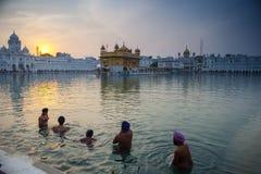 Bagno sikh non identificato degli uomini nel lago santo al tempio dorato Fotografia Stock Libera da Diritti