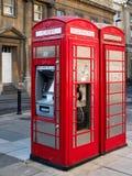 BAGNO, SOMERSET/UK - 2 OTTOBRE: Cabina telefonica con il cash machine fotografia stock
