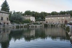 BAGNO VIGNONI,托斯卡纳意大利- 2016年10月30日:老热量浴的未定义人在中世纪村庄Bagno Vignoni 库存照片