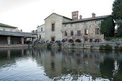 BAGNO VIGNONI,托斯卡纳意大利- 2016年10月30日:老热量浴的未定义人在中世纪村庄Bagno Vignoni 库存图片