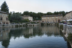 BAGNO VIGNONI,托斯卡纳意大利- 2016年10月30日:老热量浴的未定义人在中世纪村庄Bagno Vignoni 免版税库存图片