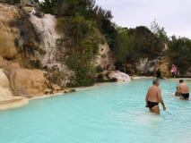 Bagno Vignoni, Italien - April 24, 2019: Naturlig simbassäng med vatten för termisk vår royaltyfria bilder