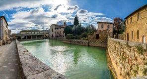 Bagno Vignoni medeltida by i Tuscany Royaltyfri Fotografi