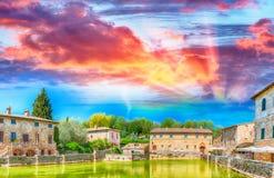 Bagno Vignoni på solnedgången Medeltida Tuscan stad, Italien Royaltyfri Bild