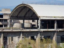 Bagnoli - övergiven industribyggnad Arkivfoto
