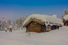 Bagnsasen,挪威- 2018年4月, 02日:与用大雪盖的偏僻的木房子的室外看法 图库摄影