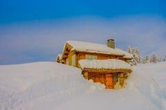Bagnsasen,挪威- 2018年4月, 02日:与用大雪盖的偏僻的木房子的室外看法 免版税库存照片