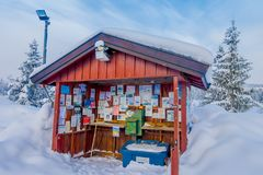 Bagnsasen,挪威- 2018年4月, 02日:木小屋大厦室外看法与情报标志的与大雪,和 免版税库存照片