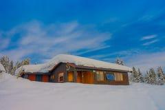 Bagnsasen,挪威- 2018年4月, 02日:用大雪盖的偏僻的木现代房子室外看法  库存图片