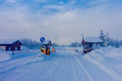 Bagnsasen Norwegia, Kwiecień, -, 02, 2018: Plenerowy widok segurity kontrola wchodzić do Begnsasen region z drogą częściową, Zdjęcia Stock