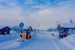 Bagnsasen Norwegia, Kwiecień, -, 02, 2018: Widok segurity kontrola wchodzić do Begnsasen region z częściową drogą zakrywającą, Zdjęcie Stock