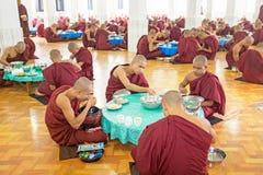 BAGO,缅甸- 2015年11月26日:修士吃午餐在monastry 免版税库存图片