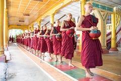 BAGO,缅甸- 2015年11月26日:修士向午餐求助 免版税库存照片