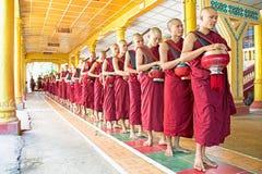 BAGO,缅甸- 2015年11月26日:修士向在m的午餐求助 库存照片