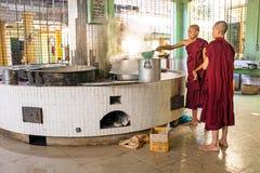 BAGO,缅甸- 2015年11月26日:准备午餐的修士 免版税图库摄影