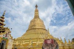 Bago, МЬЯНМА - 22-ое июня: Туристское перемещение к sightseeing вокруг пагоды Shwemawdaw святая пагода уважения в Мьянме Стоковые Фото