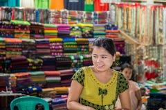Bago, MYANMAR - 22 de junio: Las mujeres birmanas no identificadas son sta Imagen de archivo libre de regalías