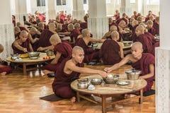 Bago, Myanmar - 22 de junio 2558: Monjes no identificados que comen en Foto de archivo