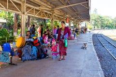 BAGO, MYANMAR - 16 de noviembre de 2015: Pasajeros que esperan el tren Fotografía de archivo