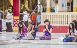 Bago Myanmar - Juni 22 2558: Buddistisk novismunkbehållare ho royaltyfri bild