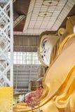 Bago, MYANMAR - 22. Juni: Shwethalyaung stützender Buddha im Juni Stockbilder
