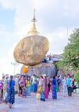 BAGO MYANMAR - November 17, 2015: Kyaiktiyo pagod, måndag tillstånd, Fotografering för Bildbyråer