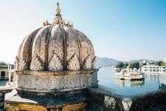 Bagore Ki Haveli和莫汗寺庙和Pichola湖在乌代浦,印度 免版税图库摄影