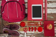 Bagpack、鞋子、数字式片剂,苹果和固定式 免版税库存图片
