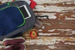 Bagpack、水瓶、苹果、数字式片剂、鞋子和景象 图库摄影