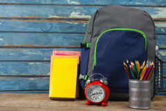 Bagpack, libri, sveglia e supporto della penna Fotografia Stock Libera da Diritti