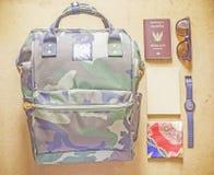 Bagpack mit Pass, Notizbuch, Uhr, Sonnenbrille Stockfotos