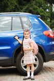 bagpackflickan går den rosa klara skolan till barn Royaltyfria Foton
