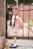 bagpackflickan låter vara rosa skolabarn Arkivfoton
