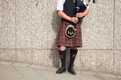Bagpiper dressed in kilt Royalty Free Stock Images
