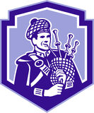 Bagpiper Scotsman αναδρομική ασπίδα Bagpipes παιχνιδιού Στοκ Εικόνα